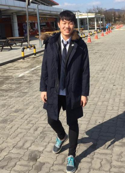 Có thời gian dài thi đấu cho các câu lạc bộ Hàn Quốc, đội trưởng Xuân Trường cũng có gương mặt giống các chàng trai nước bạn. Trong bức ảnh, chàng trai sinh năm 1995ăn mặc như một nam sinh cấp 3 khi dạo chơi ở Hàn Quốc.