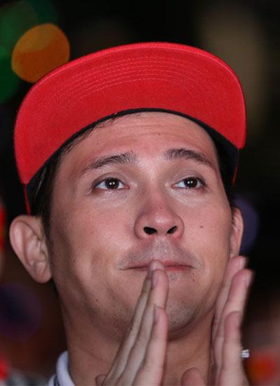 Ca sĩ Nguyên Vũ khóc khiUzbekistan ghi bàn thứ hai.
