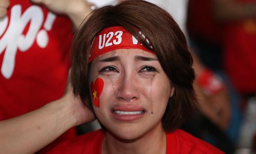 Ca sĩ Pha Lê khóc nức nở khi đội nhà vuột mất chiến thắng vào phút chót.