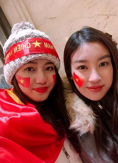 Á hậu Thanh Tú (trái) và Hoa hậu Mỹ Linh sau trận chung kết U23 Việt Nam và Uzbekistan ở Thường Châu, Trung Quốc.