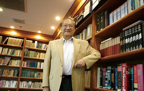 Tiểu thuyết gia Kim Dung trong thư phòng của ông.