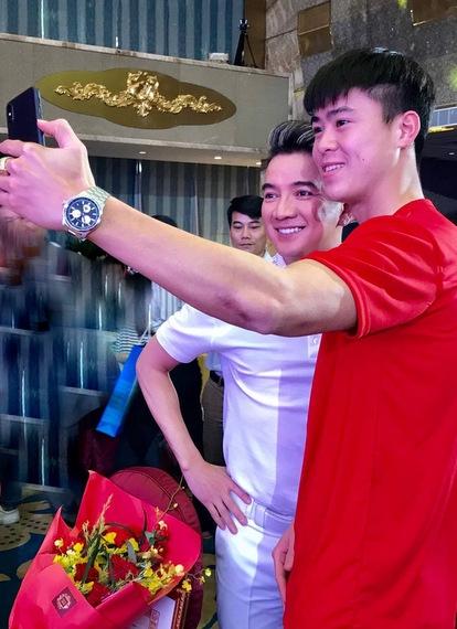 Duy Mạnh xin selfie cùng Đàm Vĩnh Hưng.