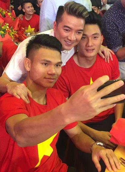 Đàm Vĩnh Hưng đã hủy nhiều show diễn vì U23 Việt Nam. Trước đó, anh bỏ ngang buổi họp báo để ăn mừng U23 Việt Nam