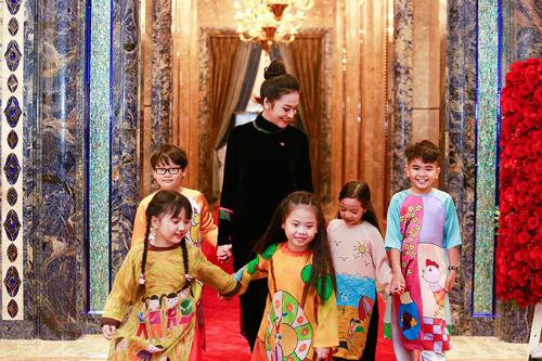 Bà xã nhạc sĩ nổi tiếngdiện chiếc áo dài nhung màu đen quý phái,dắt tay các em nhỏ đón tiếp thầy trò HLV Park Hang Seo, tại khách sạn The Reverie do cô quản lý.
