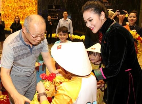 Bà xã Thanh Bùi đón tiếp huấn luyện viên Park Hang-seo ở sảnh.