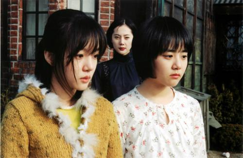 Năm 2003, Moon Geun Young được giới chuyên môn công nhận tài năng khi góp mặt trong phimđiện ảnh Câu chuyện hai chị em(A tale of two sisters) -của đạo diễnKim Jee Won. Tác phẩmlọt Topphim kinh dị hay nhất Hàn Quốc mọi thời đại.Hồi năm 2009, tác phẩm được Charles Guard và Thomas Guard - hai đạo diễn tài năng Hollywood -làm lại với tựa đề The Uninvited. Dự án cũng lọtTop 12 phim nước ngoài được làm lại hay nhất tại Mỹ.Moon Geun Youngvào vaiSooYeon - cô em gái nhút nhát,hay khóc và thíchdựa dẫm vào chịgái Soo Mi(do Im Soo Jung đóng).Sau cái chết của Soo Yeon,Soo Mi trở nên điên loạn, luôn tưởng tượng cảnh em gái bị dì ghẻhành hạ, giết chết và kéo lê xác rồinhét vào tủ áo quần.Qua lời kểcủa chị gái,Soo Yeon luôn sốngtrong tâm trạng bất anvìbị dì ghẻ đay khiến,bố ít quan tâm, trong khi mẹ bệnh nặng.