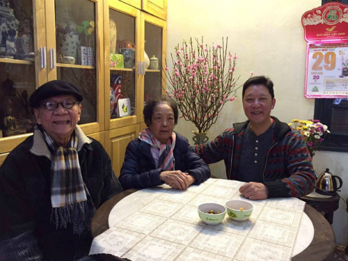 Nhạc sĩ Hoàng Vân (trái) bên vợ và con trai - nhạc trưởng Lê Phi Phi.