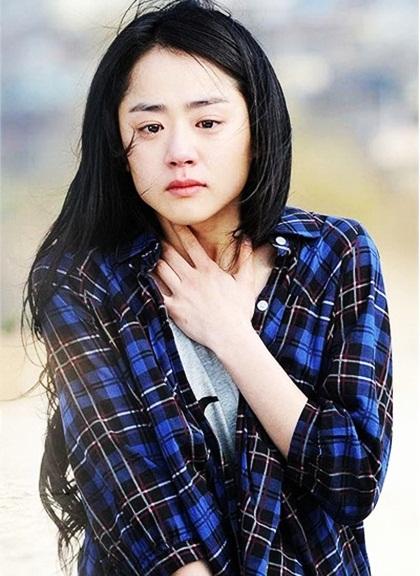 Năm 2010,Moon GeunYoung có bước chuyển mình về diễn xuất khi thủ vai Eun Jo trongChị kế của Lọ Lem (Cinderellas sister). Khác với những vai diễn ngây thơ, trong sáng trước đó, nhân vật Eun Jo của GeunYoung là người có nội tâm phức tạp, chịu nhiều thương tổn. Tuổi thơ bất hạnh khiến cô luôn lạnh lùng, cộc cằn,hoài nghi lòng tốt của mọi người vàsẵn lòng làm tổn thương người khác.Biên kịchKim Kyu Wan ấn tượng trước chuyển biến tâm lý của sao trẻ và chọn cô là diễn viên xuất sắc trong độ tuổi 20. Tác phẩm giúp Em gái quốc dân đoạt nhiều giải thưởng danh giá, trong đó có Nghệ sĩ nổi tiếng nhất tạiBaeksang Arts Awards.