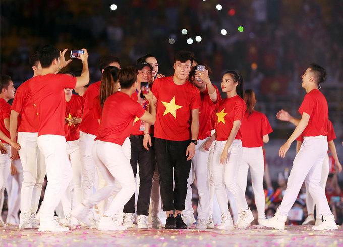 Cầu thủ U23 Việt Nam tặng son môi cho Mỹ Tâm