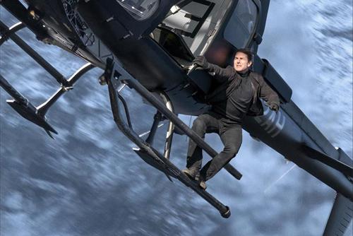Tom Cruise trong cảnh đu mình trên trực thăng.