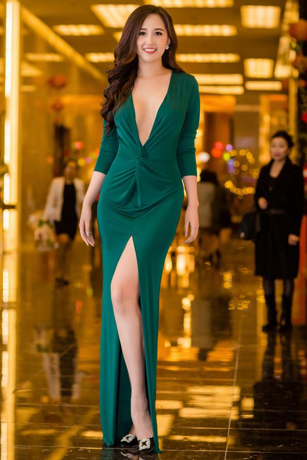 Mai Phương Thúy, Hồng Quế cùng diện váy xẻ ngực