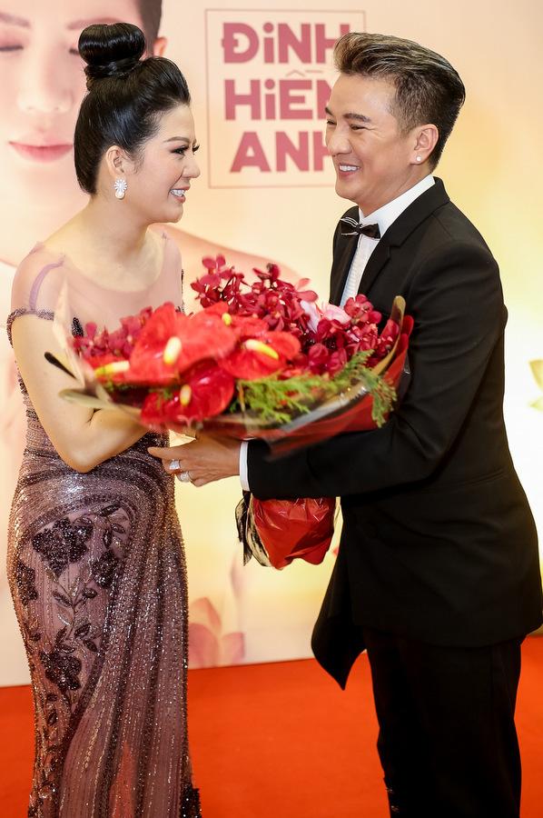 Hà Hồ, Đàm Vĩnh Hưng mặc hàng hiệu đi sự kiện