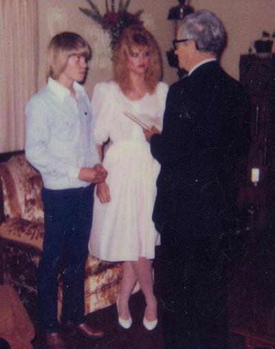 Đám cưới của Anna Nicole Smith với Billy Wayne Smith trong phòng khách nhà chồng.