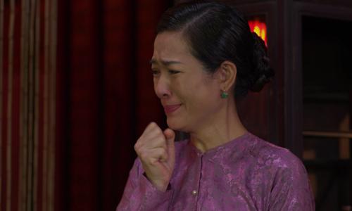 Bà Mừng (Yến Nhi thủ vai) hai lần đứng nhìn cảnh ông Liến hãm hiếp con gái - Ba Trang.