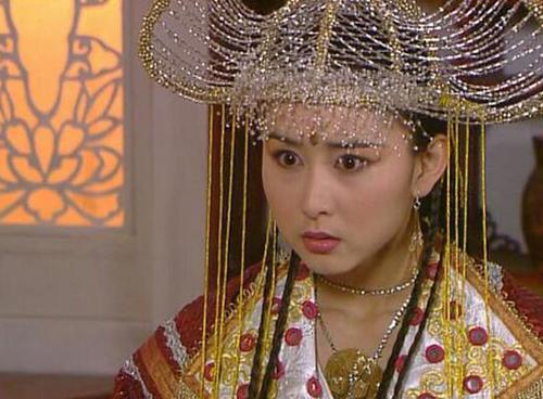 Hồ Tịnh khắc họa nhân vật Nữ vương mạnh mẽ, đầy chủ động.