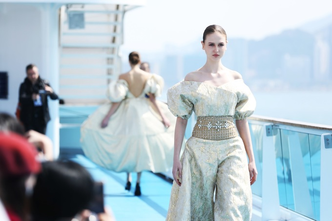 Jessica Minh Anh dựng sàn catwalk trên tàu ở Hong Kong
