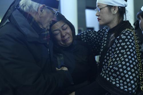 Trước những lời chia buồn từ bạn bè, người thân, chị Lê Y Linh gục vào vai chồng khóc.