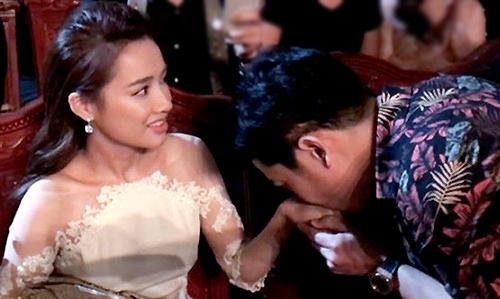 Nhã Phương bất ngờ trước hành động của bạn trai tại lễ trao giải.