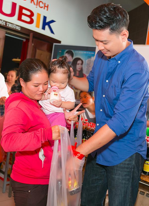 H'Hen Niê, Hồng Ánh trao quà Tết cho trẻ nghèo