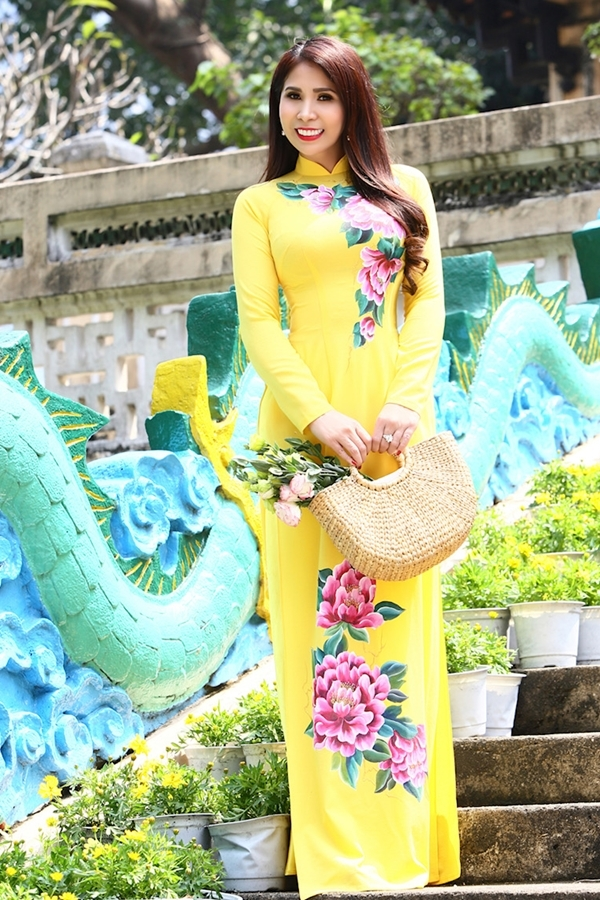 Em gái Lý Hùng dạo phố xuân Sài Gòn