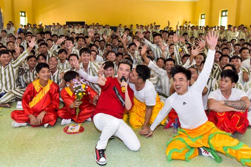 Đàm Vĩnh Hưng hát ở trại giam ngày cuối năm - ảnh 2
