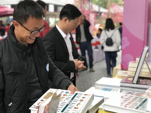 Ngoài gian hàng sách cố định, các đơn vị còn mở thêm không gian trưng bày, giới thiệu tới bạn đọc nhiều ấn phẩm ngoại văn, kinh tế, khoa học  kỹ thuật, công nghệ số&