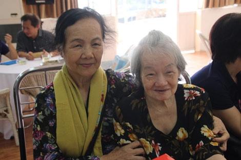 Nghệ sĩ Tuệ Minh (phải) trong viện dưỡng lão.