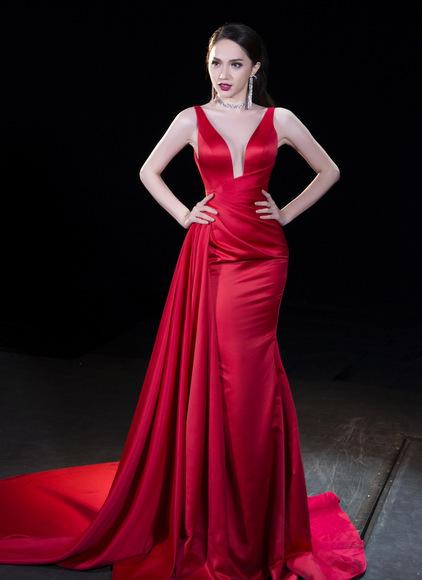 Đại diện Việt Nam chọn đầm dạ hội lộng lẫy của nhà thiết kế Lê Thanh Hòa.