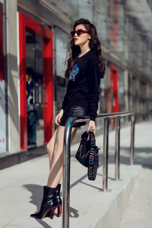 Hoa hậu Kỳ Duyên phủ hàng hiệu xuống phố