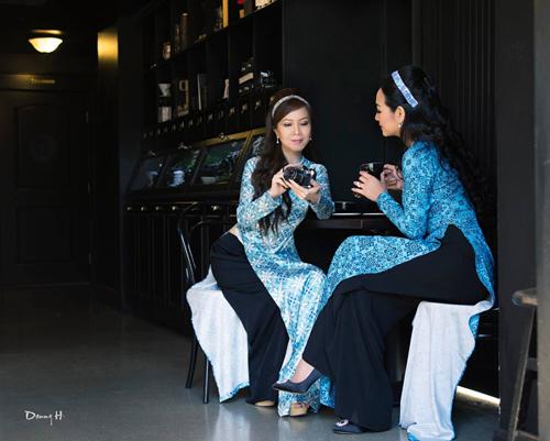 Áo dài là biểu tượng cho vẻ đẹp xuân thì của những cô gái chớm đôi mươi và nét đài các, đằm thắm của các quý bà quý cô. Ở lứa tuổi nào, chị em cũng có thể làm đẹp với tà áo dài.