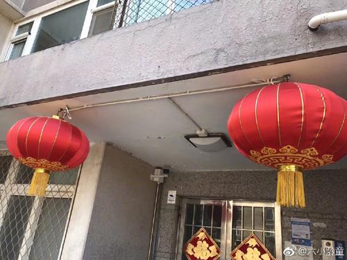 Lục Tiểu Linh Đồng đăng ảnh khu chung cư dịp Tết.