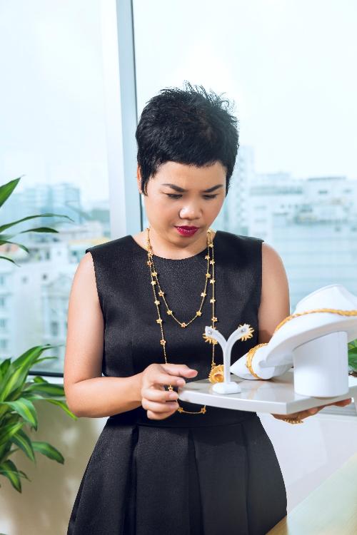 Chị Tuyết Nguyễn không ngừng cập nhật các phong cách thời trang mới trên thế giới để làm đẹp bản thân và mang tới những sản phẩm thời trang tinh tế cho phụ nữ Việt.