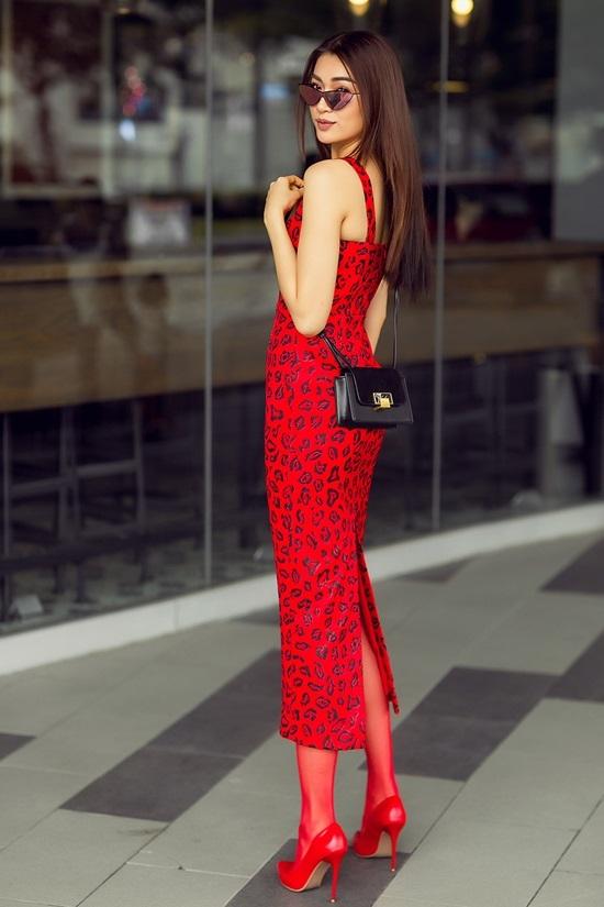 Á hậu Lệ Hằng thay 6 bộ váy đỏ dạo phố