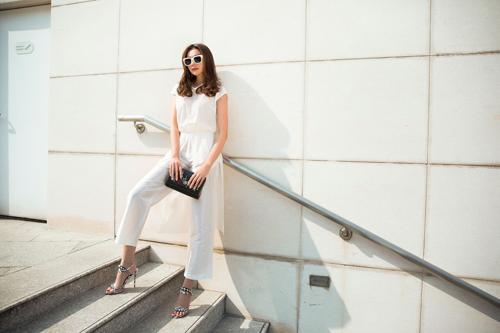 Là siêu mẫu sở hữu gu thời trang nổi bật, Thanh Hằng thường xuyên làm mới mình. Gần đây, cô lựa chọn trang phục của nhà thiết kếSơn Collection mỗi khixuống phố.
