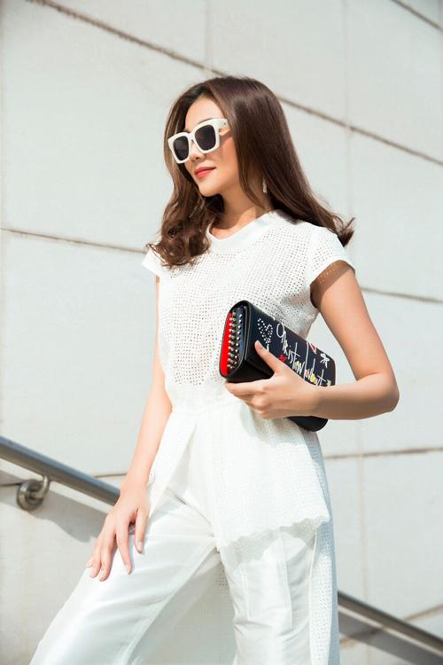 Với ba màu sắc chủ đạo là trắng, đen, xanh, nhà thiết kếđã tận dụng triệt để kiểu dáng váy và jumpsuit để tôn lên vóc dángcùng đôi chân dài của Thanh Hằng.
