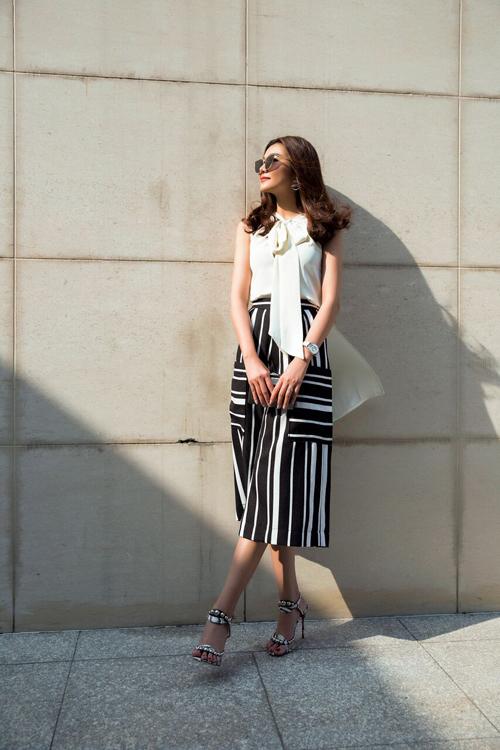 Những chiếc quần ống loe đơn sắc hoặc họa tiết sọc dọcgiúp chân dài khoe được chiều cao ấn tượng.