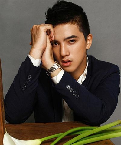 Đỗ Tiến Vũ sinh năm 1994,hiện sống và làm việc ở TP HCM. Anh được biết đến lần đầu khi tham gia bộ phim Con ma nhà họ Vương của đạo diễn Vũ Ngọc Đãng năm 2015.