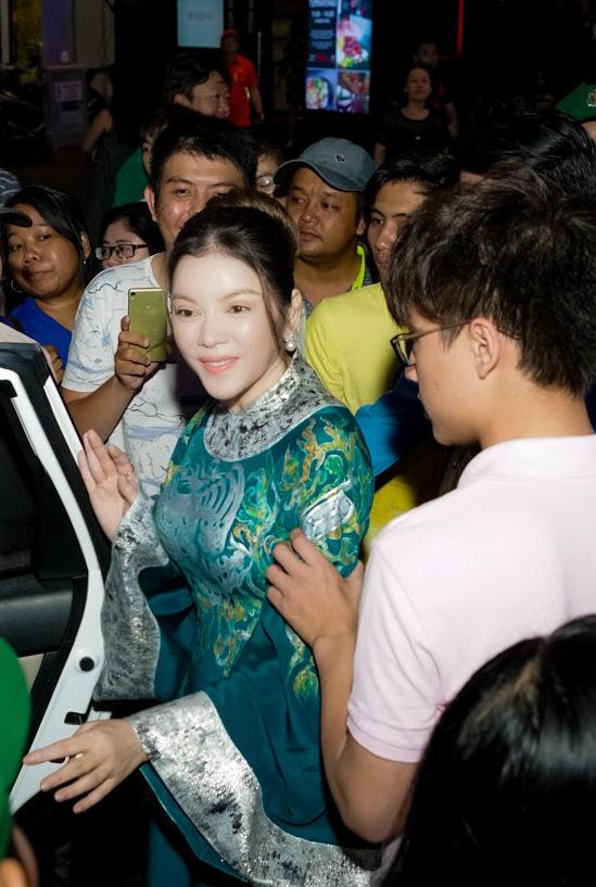 Lý Nhã Kỳ được fan vây kín trên phố đi bộ Nguyễn Huệ