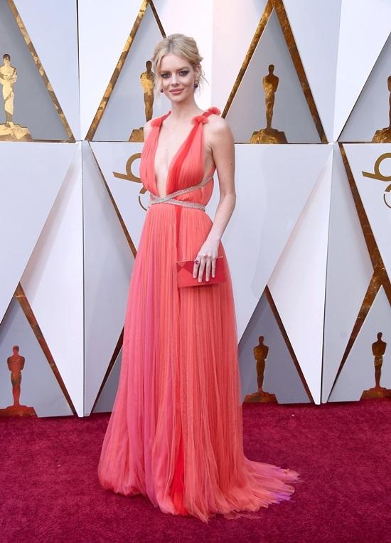Diễn viên gốc Việt diện đầm hở ngực trên thảm đỏ Oscar