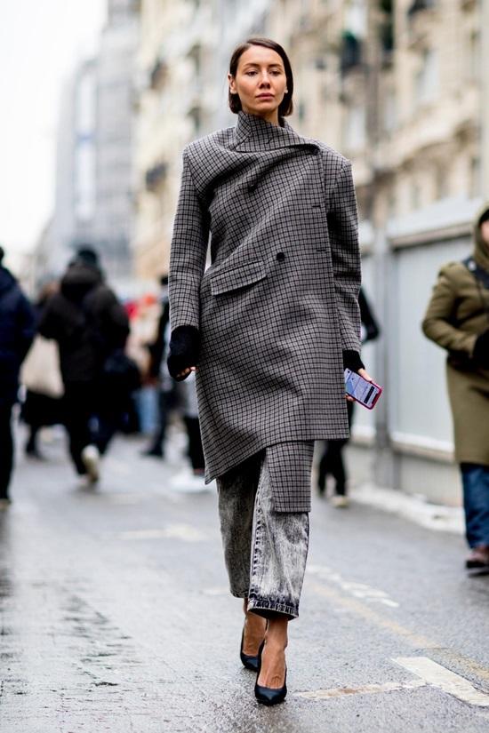Tín đồ thời trang mặc độc lạ trên đường phố Paris