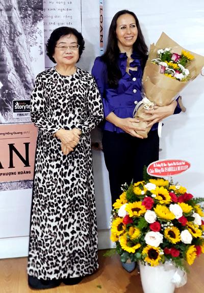 Nguyên Phó Chủ tịch nước Trương Mỹ Hoa (trái) chia sẻ sự đồng cảm với câu chuyện của bà Loan trong cuốn sách của Isabelle Müller, tại buổi giới thiệu sách ở TP HCM sáng 7/3. Bà Loan là một phụ nữ bình thường nhưng đã làm được những điều phi thường, bà Trương Mỹ Hoa nhận xét. Ảnh: Huệ Nguyễn.