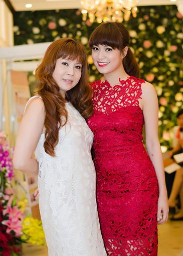 Chị Lê Thu Huệ (trái) - mẹ Hoàng Thùy Linh là biên đạo múa.