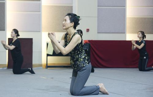 Biên đạo Chun Yoo Oh trên sàn tập vở Múa Kiều cùng các diễn viên múa.