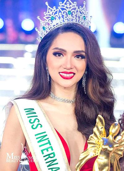 Lần đầu tiên tham gia cuộc thi Hoa hậu chuyển giới Quốc tế tại Thái Lan, Hương Giang xuất sắc vượt qua 27 thí sinh để chiến thắng.