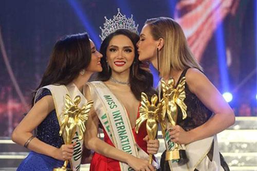Hoa hậu Hương Giang (giữa) và Á hậu 2Thái Lan, Á hậu 1 Australia (phải).