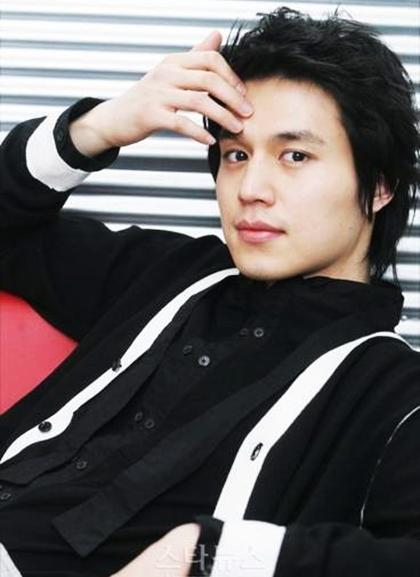 Suốt gần 19 năm hoạt động nghệ thuật, anh chưa từng dính scandal, không khoe khoang sựgiàu có và luôn kín tiếngvề đời tư, tình cảm.Theo Naver, dù không thể thống kê tài tử hiện có bao nhiêu tài sản,giới chuyên môn vẫn tin Dong Wook giàu khôngkém Jo In Sung, Lee Min Ho, Kim Soo Hyunhay vợ chồng Song Hye Kyo - Song Joong Ki vì anhxuất hiện trong các CF quảng cáo với tần suất dày đặc, là khách mời thường xuyên của các tuần lễ thời trang quốc tế.