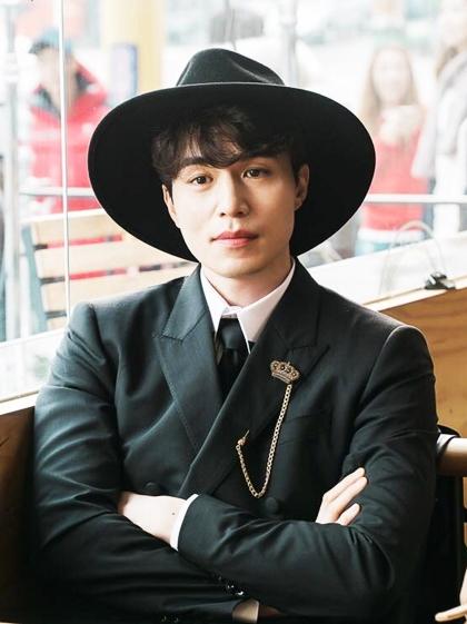 Hồi năm ngoái, anh và tài tử Gong Yoo gây chú ý khi đóng phim Yêu tinh - một trong những tác phẩm có tỷ lệ người xem cao nhất lịch sử đài tvN. Dong Wook thủ vai thần chết si tình - có mối nhân duyên tiền kiếp với nhân vật của Yoo In Na. nói không với scandal.