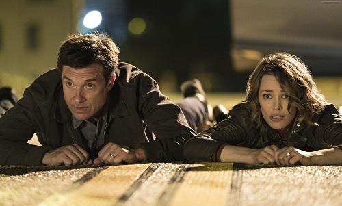 Jason Bateman và Rachel McAdams trong một cảnh quay.