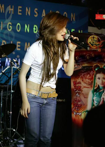 Nỗ lực trở lại của cô gặp nhiều khó khăn khi nhiều nơi lan truyền thông tin Hoàng Thùy Linh bị cấm show. Đến tháng 10/2008, Cục Nghệ thuật Biểu diễn đưa ra văn bản cho phép Hoàng Thùy Linh hoạt động nghệ thuật trên toàn quốc. Từ năm 2008-2009, diễn viên chủ yếu hoạt động ở các quán bar, vũ trường với cát-xê thấp hơn nhiều so với thời điểm trước scandal. Dần dà, cô đắt show hơn. Từ cuối năm 2008, cô chỉ nhận diễn bar với giá 25 triệu đồng.