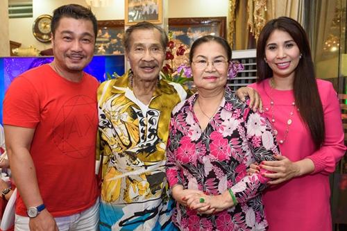 Lý Hùng hiện sống cùng bố (NSND Lý Huỳnh), mẹ và em gái Lý Hương.